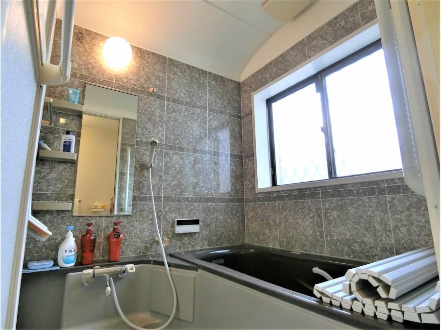 ドーム天井と石目調の豪華な内風呂。