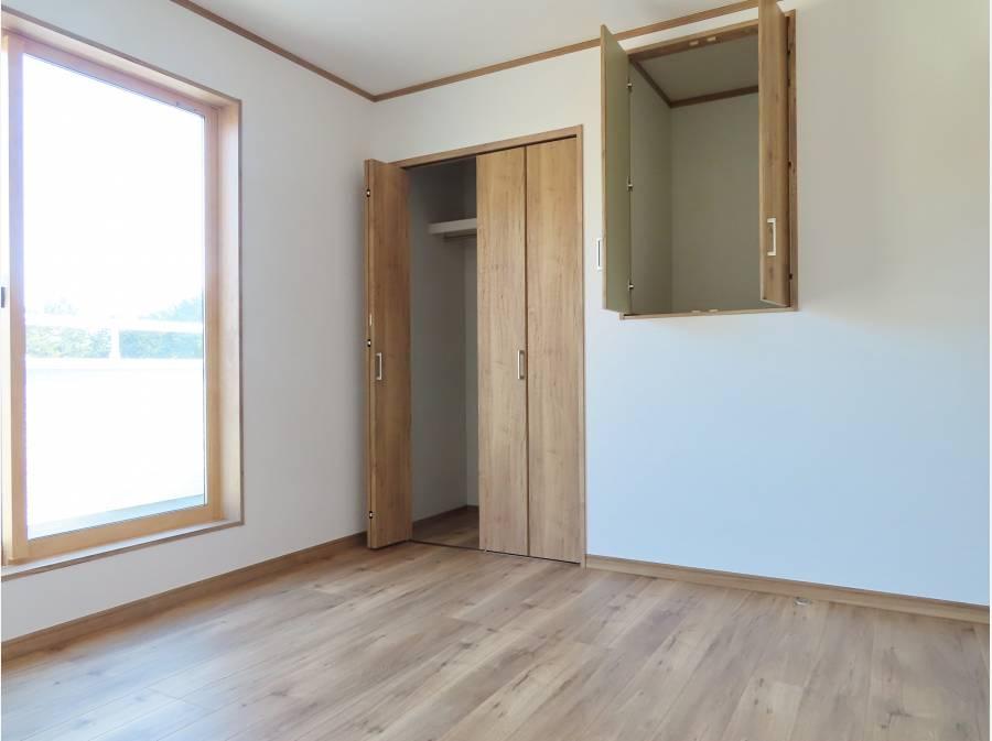 3階洋室は3部屋、各部屋、収納もしっかりございます。
