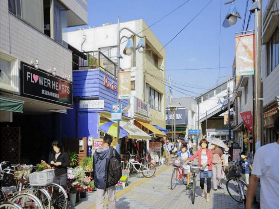 駅前には商店街が広がる「鵠沼海岸」駅