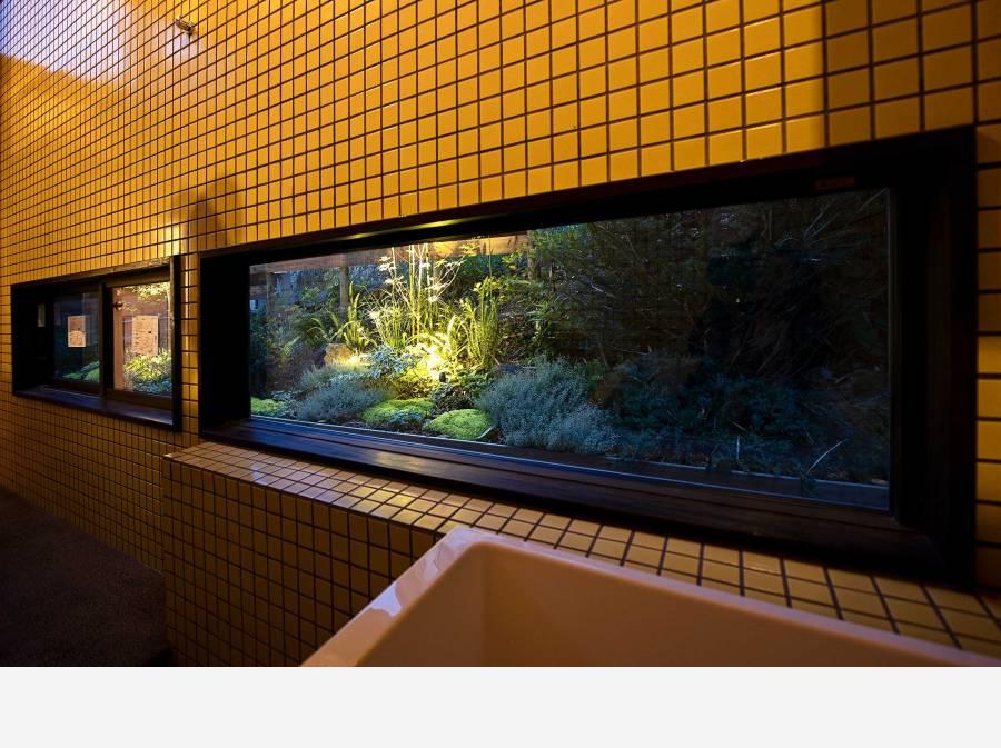 浴槽につかりながら、夜は庭の景色をお楽しみください