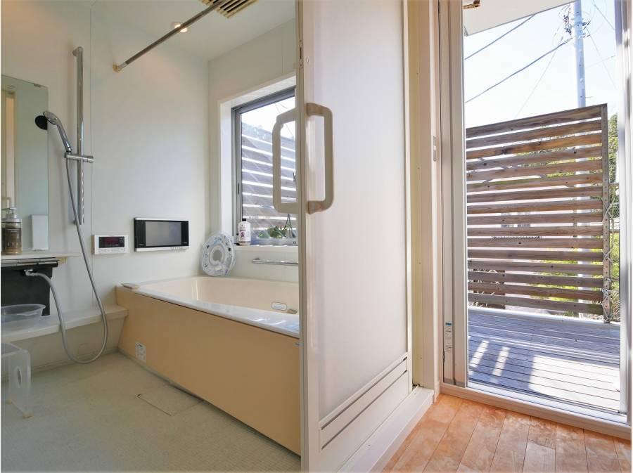 ウッドデッキと繋がる開放感あふれるバスルーム