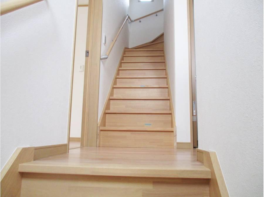 2階へあがってきた階段、小屋浦収納部屋にあがる階段にも続きます