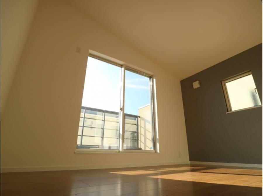 天井を高くとった開放的なお部屋