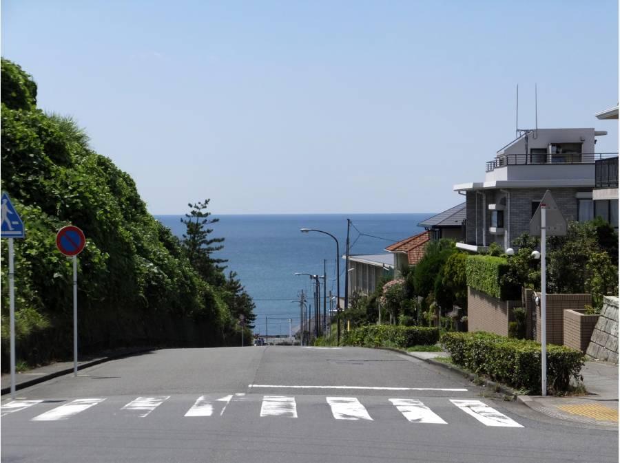 この坂道を下って海へ(現地より約1KM)