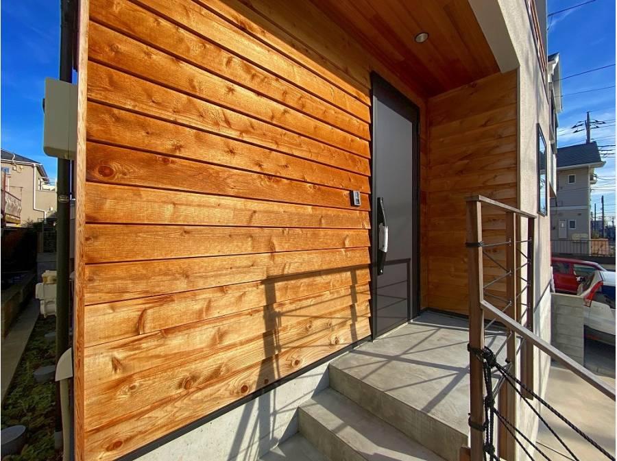 玄関の板張りは今や定番の人気スタイル。