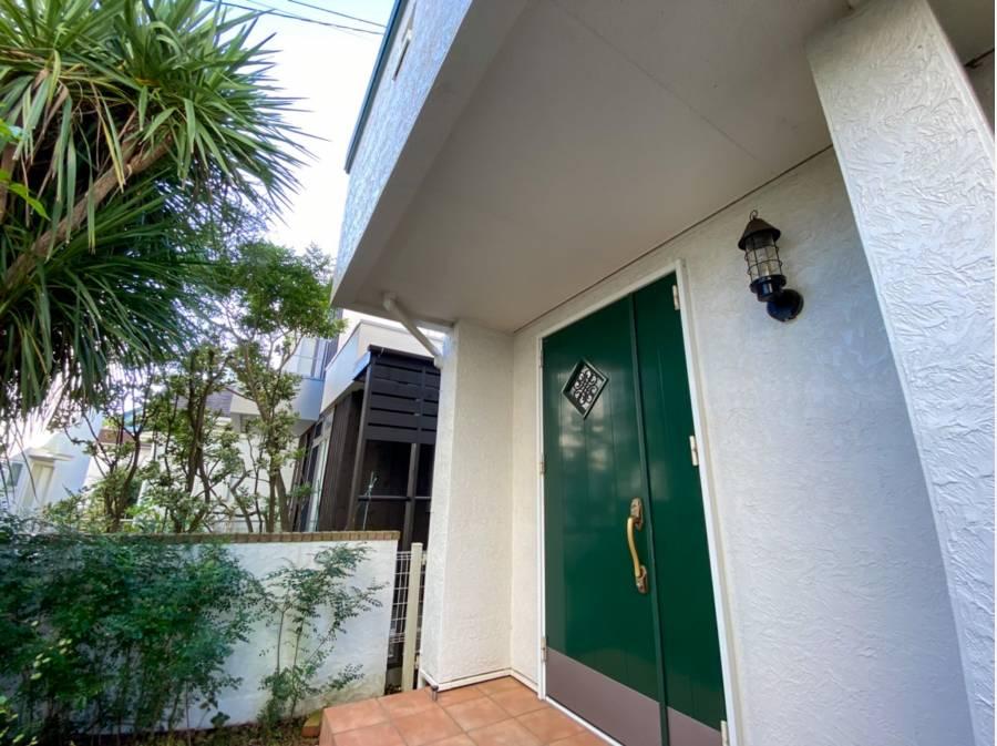 グリーンの可愛らしい扉が印象的です。