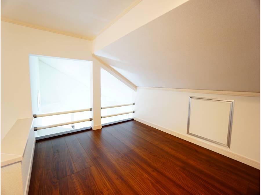 固定階段で昇降できるロフト付き。