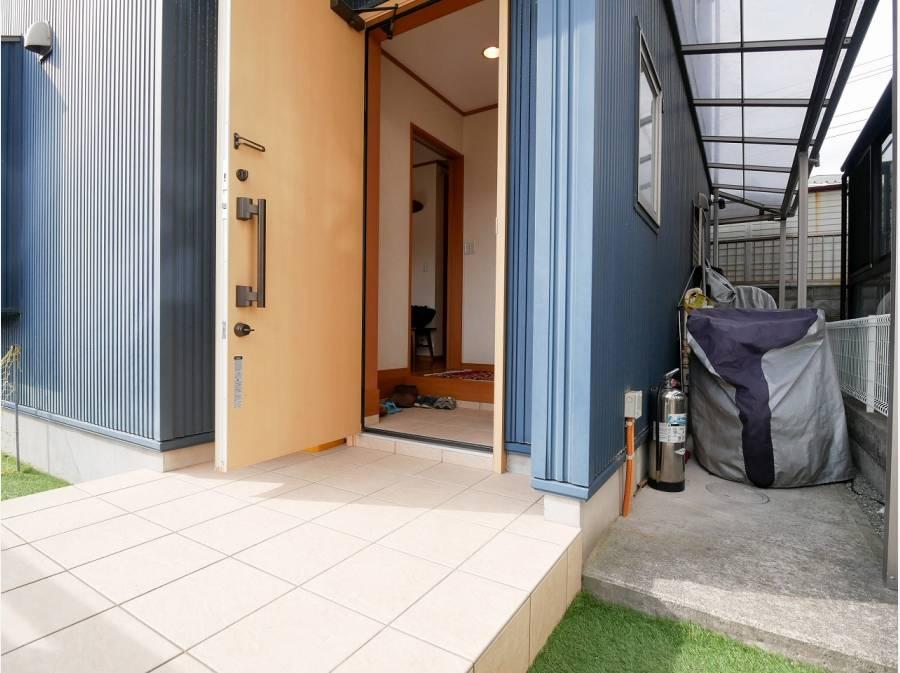 建物側面には、屋根付きのスペースもございます。