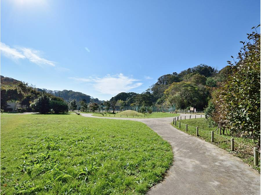 永福寺跡地の広場まで徒歩12分(約900m)気分転換に最適です。