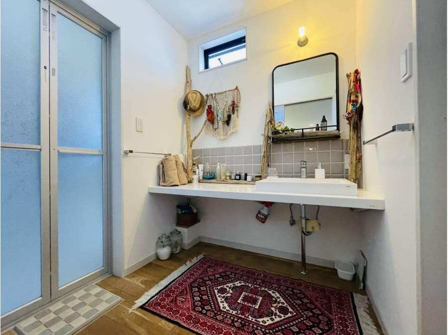 パウダールーム、左手はバスルーム、右手にはトイレと、動線も良いです