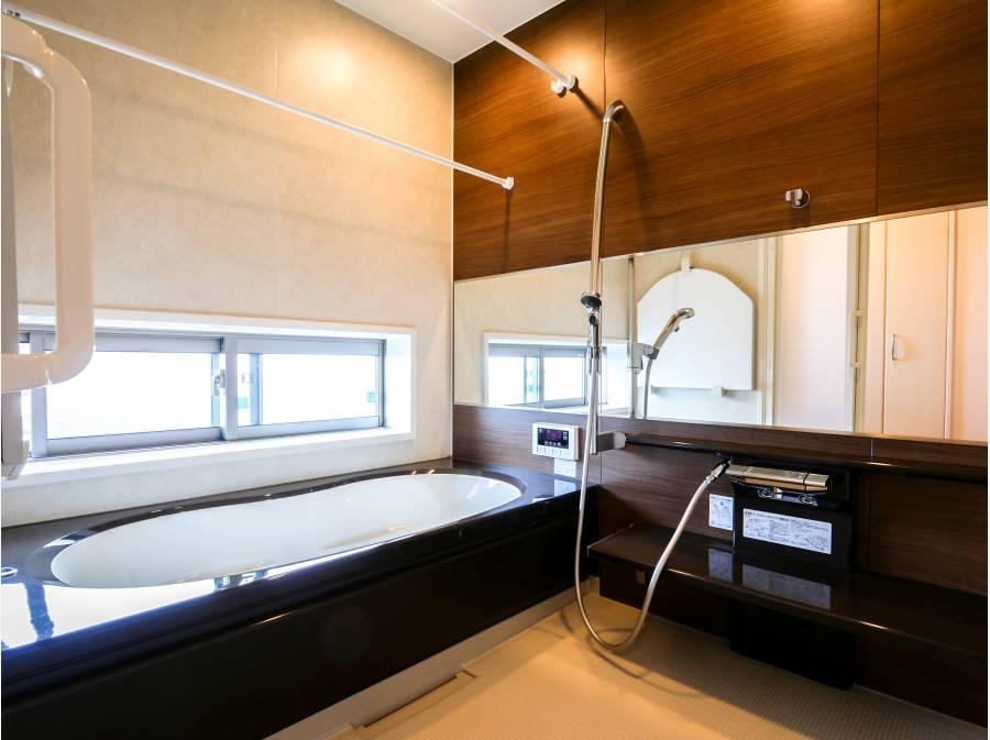 暖房換気乾燥機付きの広~い1.25坪タイプのシステムバスに癒されます。