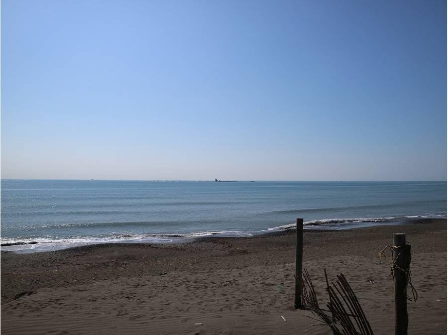 海までは徒歩1分(約50m)真正面に烏帽子(えぼし)岩