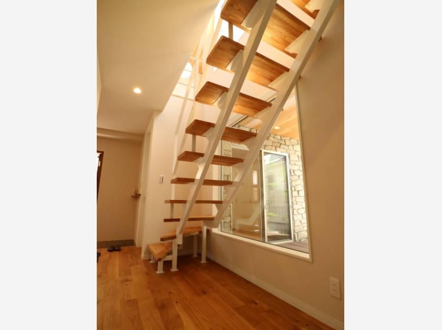 光を落とす、スケルトンの階段