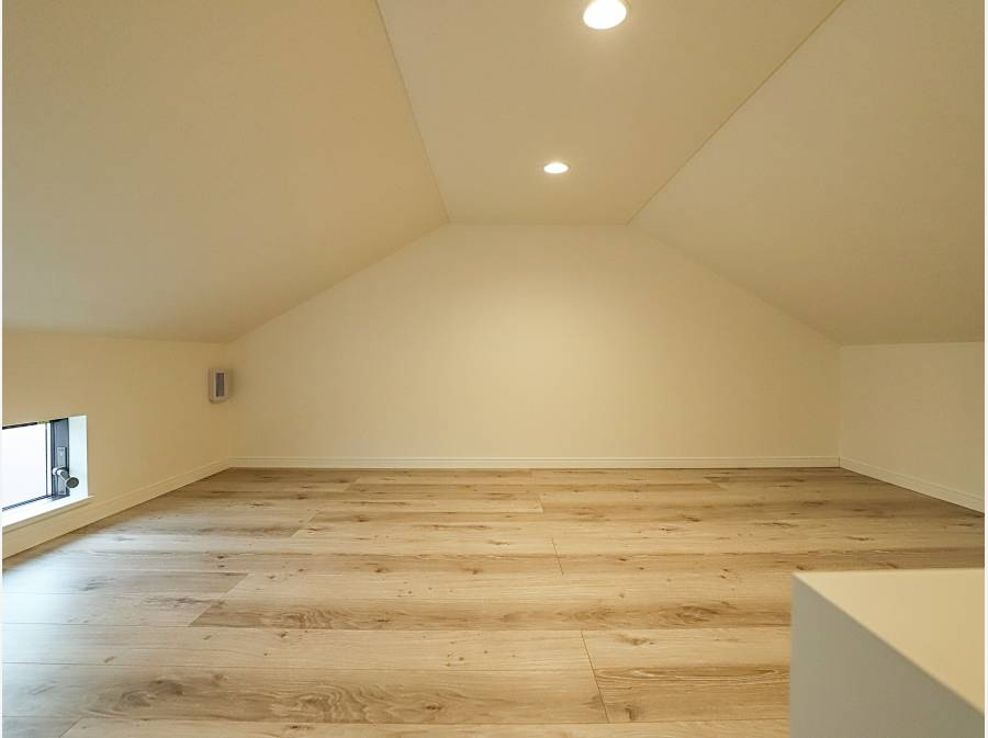 洋室の上のロフトスペース
