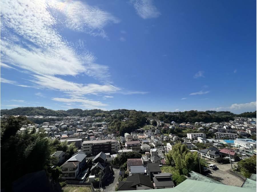 鎌倉山方面の緑と広い空を見渡します