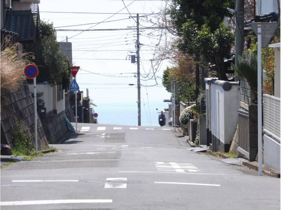 何と前面道路から七里ガ浜の海がみ、見える・・・