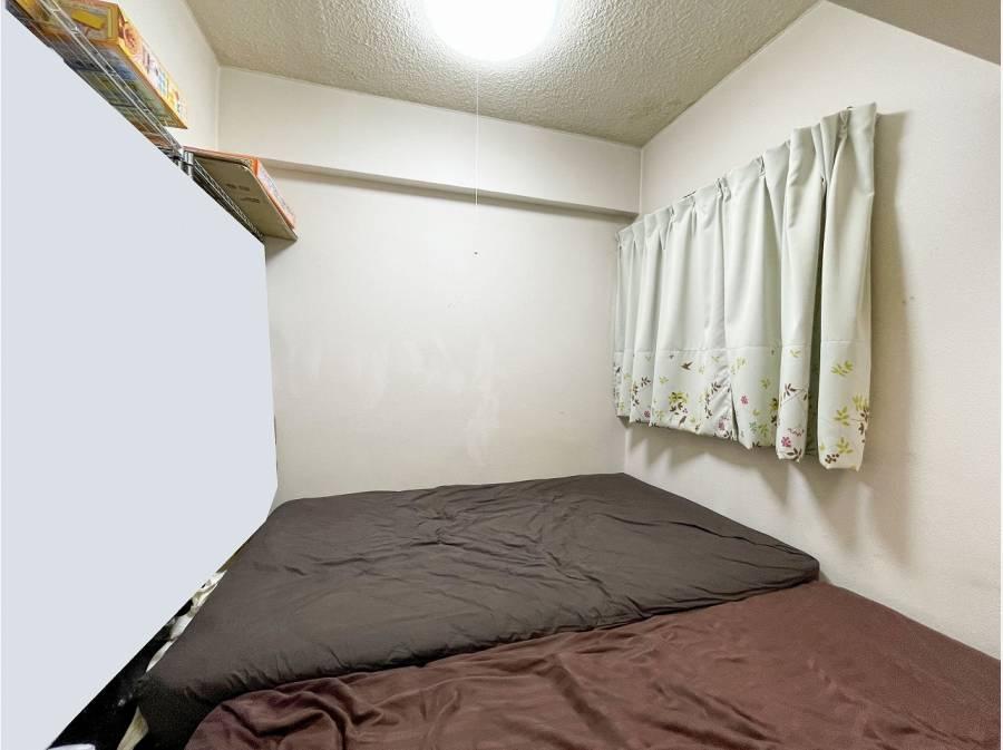 居室です。現在ベッドを2つ置いてます。家具の配置も色々と検討頂けます。