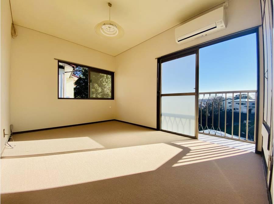 抜けた眺望付きの洋室。昔ながらのゆったりめな設計が魅力