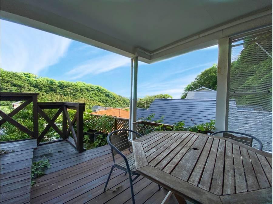 暑い日は1階の木陰のテラス席なんて如何ですか?こちらも海を望みます