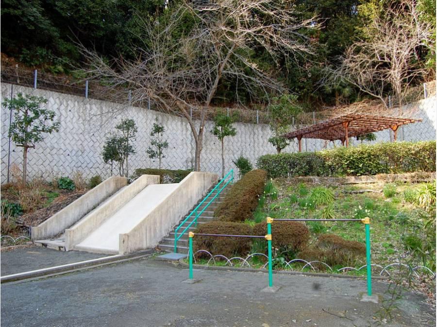公園はマンションの隣にございます