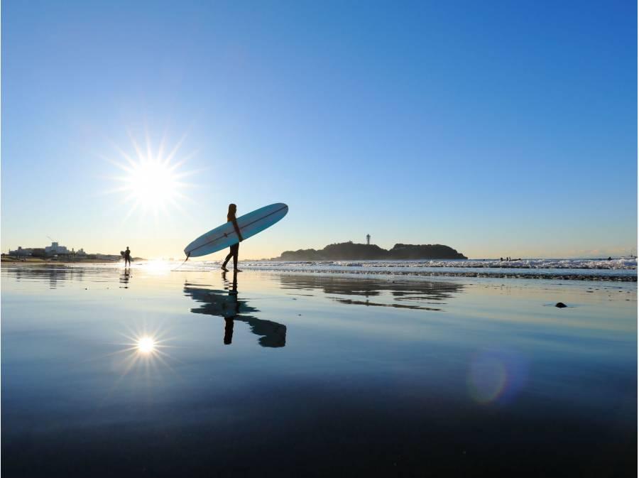 凛とした朝日に江ノ島を臨む鵠沼海岸ビーチ♪