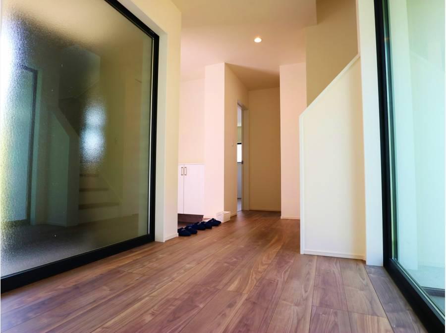 玄関ドアを開けると明るい室内がお出迎え