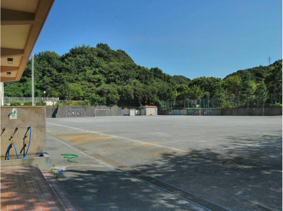 新林小学校まで徒歩8分(約640m)