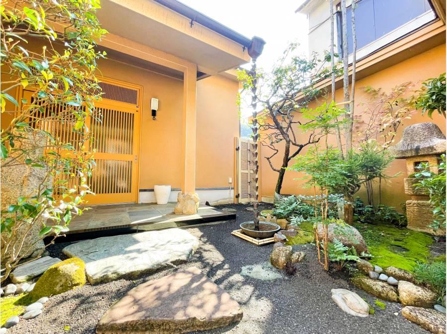 玄関前のスペースは和の趣を感じる空間・・・