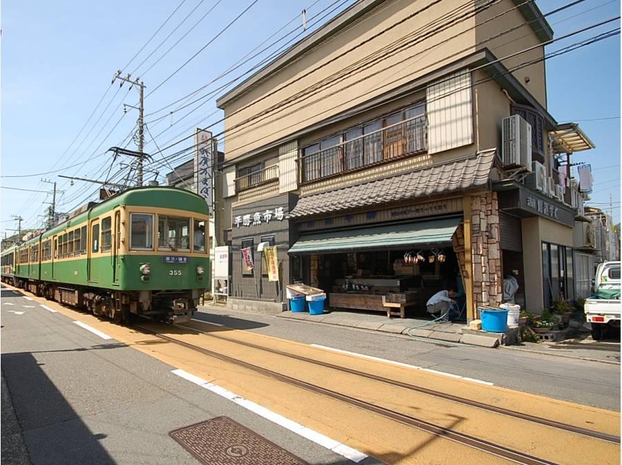 江ノ電唯一の路面電車ゾーン、腰越商店街。