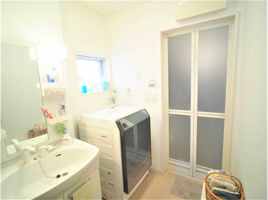 清潔感あるゆとりの洗面・洗濯脱衣室です。    ※1