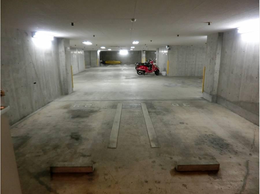地下の玄関前に平置き駐車場2台あります