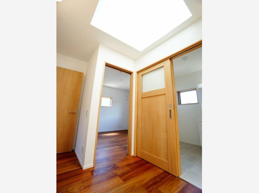 2階ホールの天井には天窓付き。