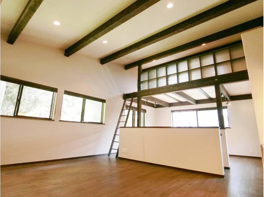 床はオーク材を、そして壁には珪藻土を用い自然素材を感じる空間が魅力