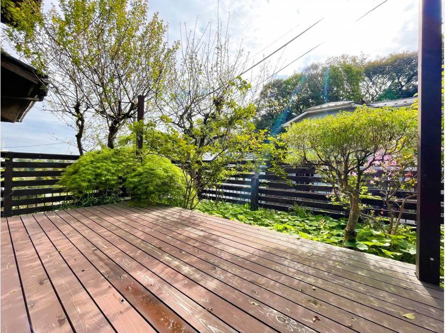 ウッドデッキは人目の気にならない空間 四季の移ろいを自宅の庭で感じる