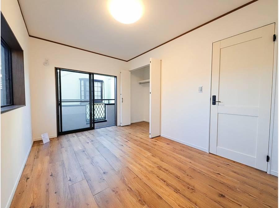 2階の主寝室は約6.7帖。収納もしっかりございます