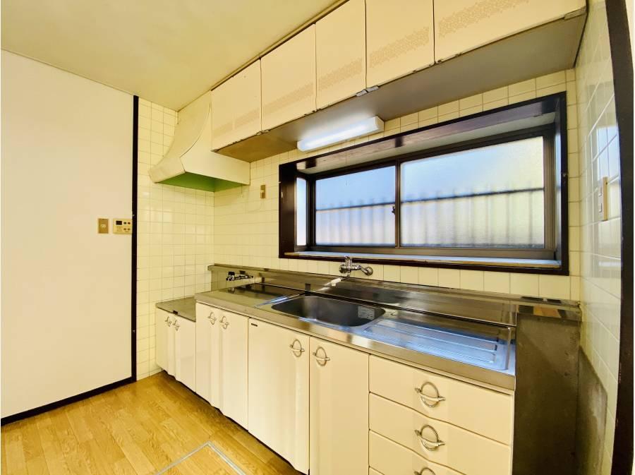 キッチンにはとってもワイドな窓付き!