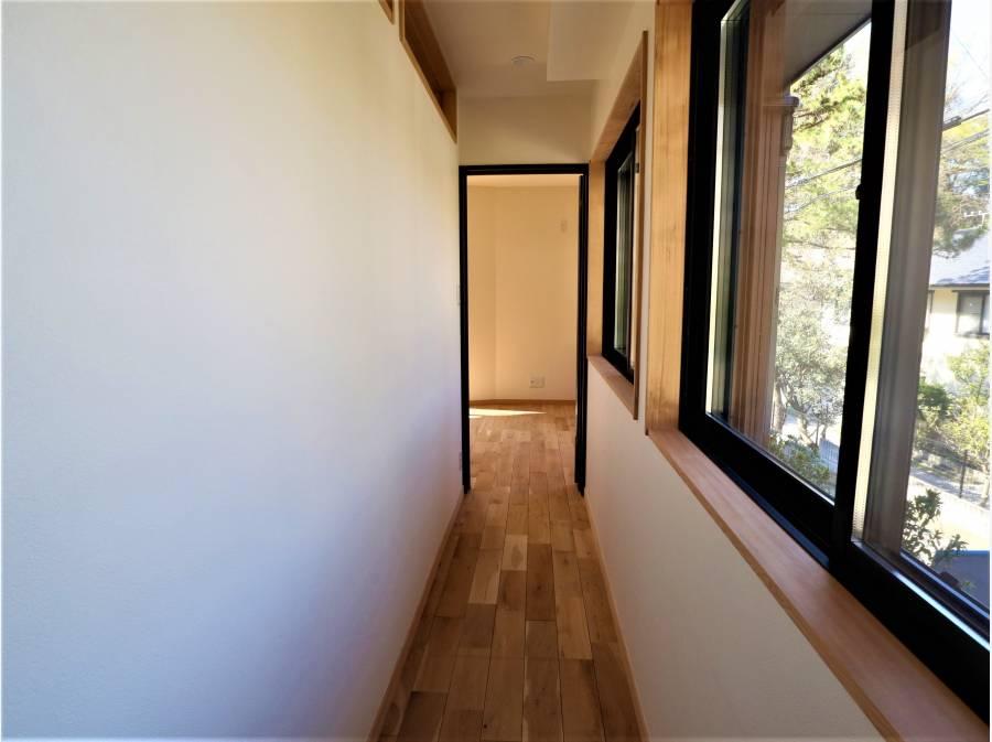 1階の廊下が陽当たりが良く、印象的です。