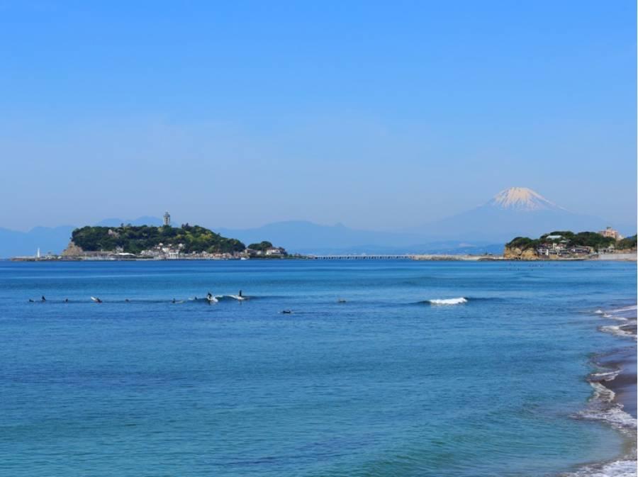 坂を下れば、目の前には真っ青な海が広がります(約1km)