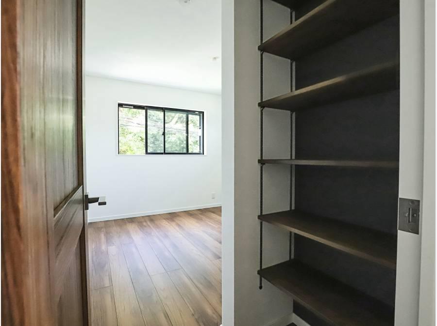 収納スペースが豊富で、デザイン性も高い寝室です