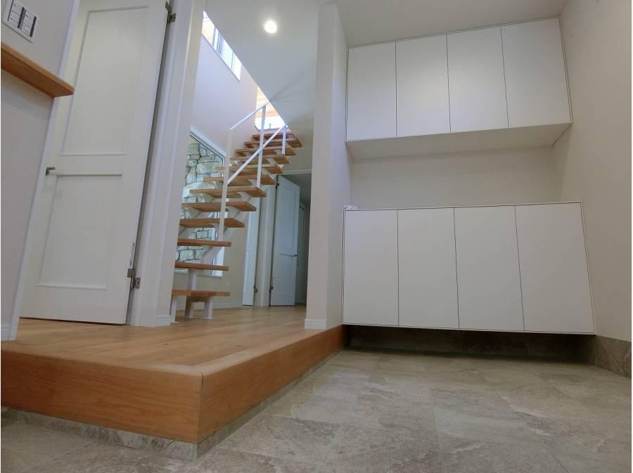 広っ!と声が出る内玄関、スケルトン階段越しテラスの演出も素敵です。