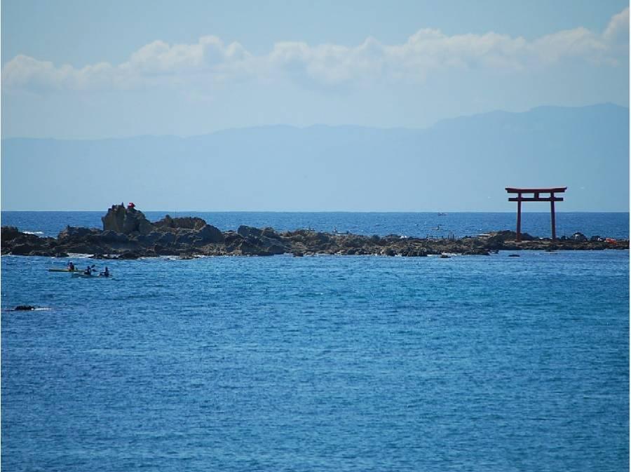 海に浮かぶ鳥居。夕陽の名所としても名高い森戸海岸(約640m)