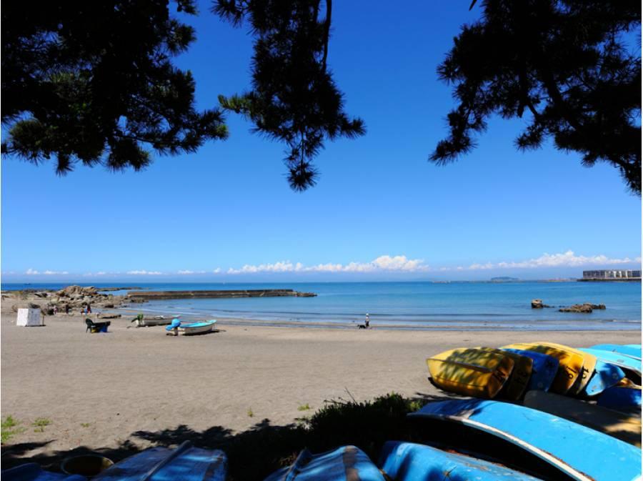 静かに海との対話を楽しめる「森戸海岸」へ徒歩8分(約640m)
