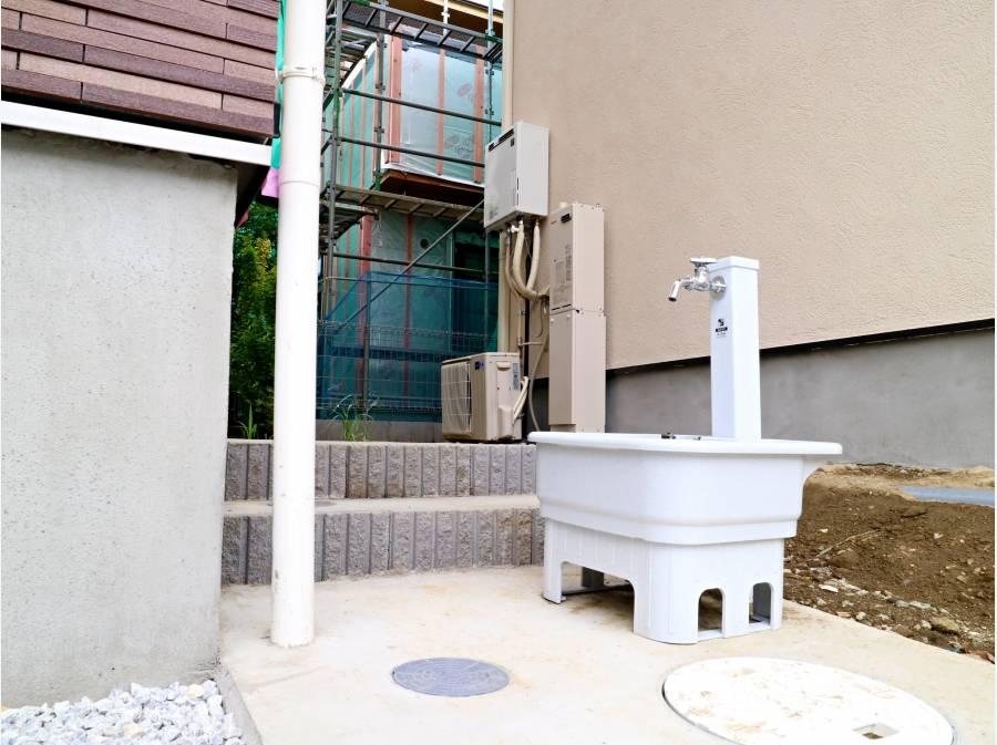 外に水栓がございます。ワンちゃんの散歩の後に足など洗えます。