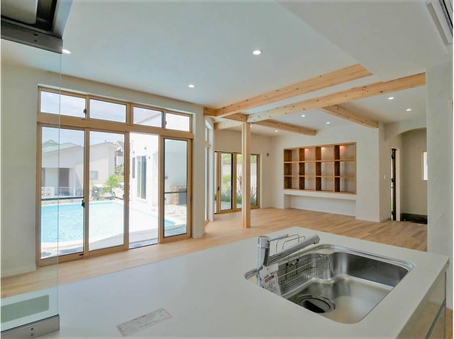 夏場はプールの水で室内も涼しくなり、心地よい空間を演出してくれます。