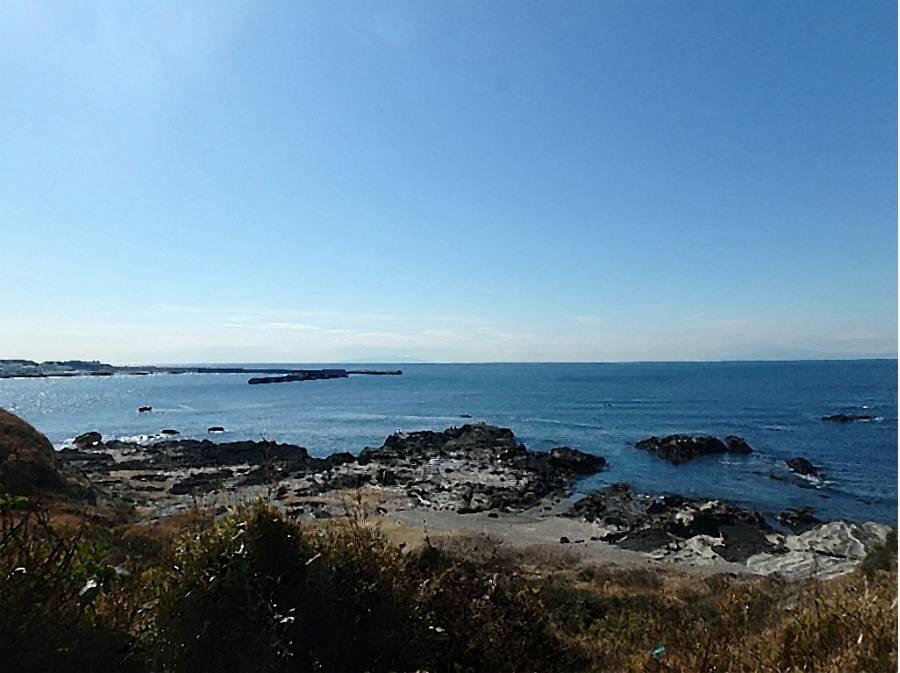 海がきれいな諸磯の岩場が望めます。