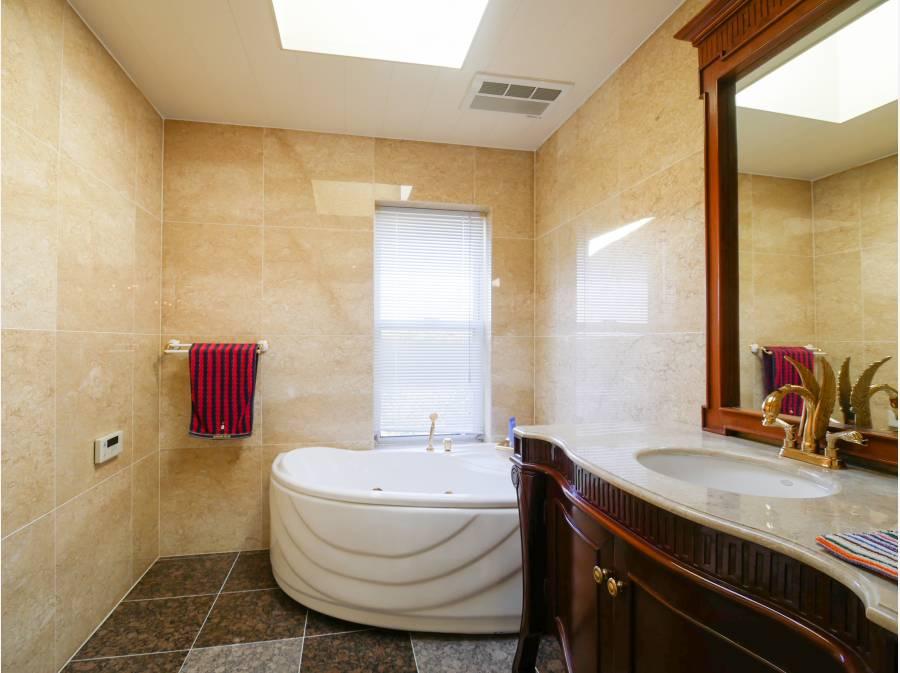 ベットルーム専用のバスルームにはTOPライトから優しい陽光。