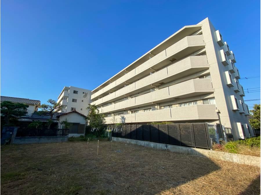 茅ヶ崎の青空に映えるマンションですね!