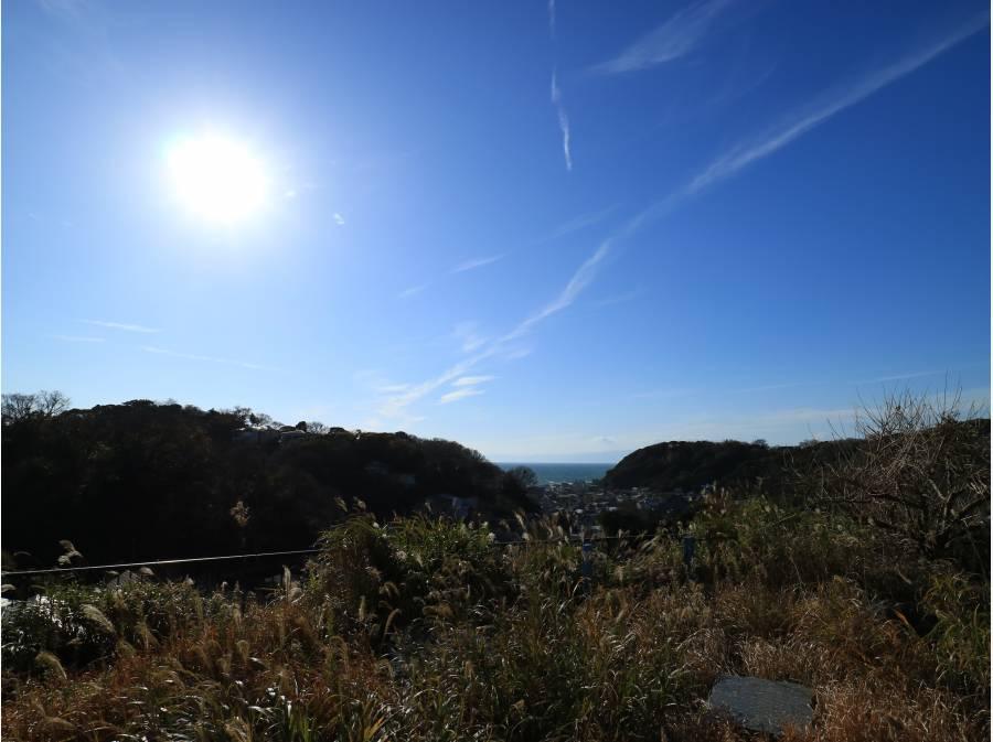 稲村ガ崎方向は街並みと紅葉に燃える山々が見えました。