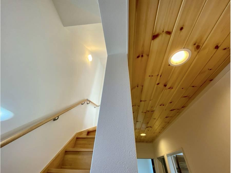 玄関天井にも無垢材を採用!