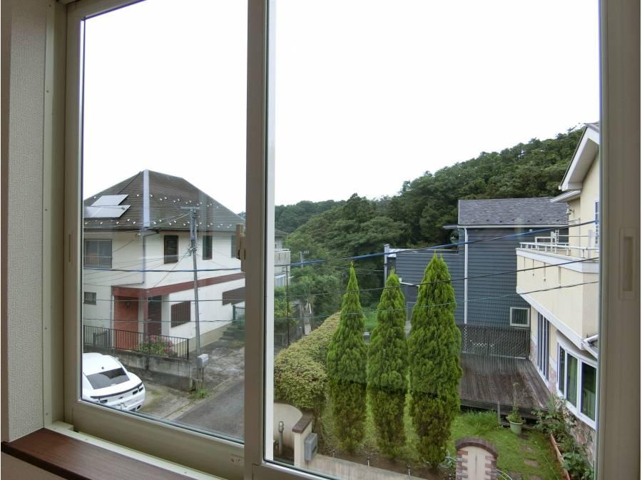 窓から望む鎌倉の豊かな自然に癒しの毎日を送れそうです